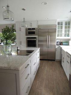 une jolie cuisine de couleur taupe avec un ilot central