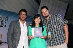 Tonatiuh Trejo y Fabián Guerrero, entregando 5 metros de poemas a Andy Vallarta. Mexicali, BC.