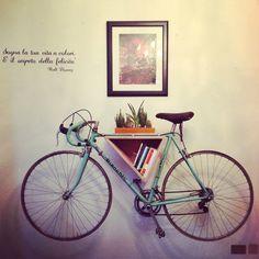 porta-bicicletta libreria mensola, come si vuole! in legno multistrato naturale. dimensioni 40 x 30 cm c.ca.  un'idea contemporanea ed urbana, comoda per chi deve parcheggiare la bici in casa o in appartamento.