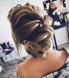 Updo wedding hairstyle inspiration | elegant chignon bridal hairstyle ideas #weddinghair #updo #chignon #messyupdo #messybridalupdo #hairstyleideas #weddinghairinspiration #updohairstyle #upstyle #bridalhair