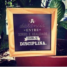 <p></p><p>A distância entre sonho e realidade chama-se disciplina.</p>