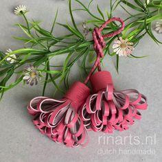 Een persoonlijke favoriet uit mijn Etsy shop https://www.etsy.com/nl/listing/538594596/klosje-tas-charme-pompom-duo-in-roze