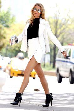 Tenue de Blake Lively: Veste motard en cuir blanche, Pull à col roulé sans manches noir, Minijupe blanche, Bottines en cuir noires | Mode femmes