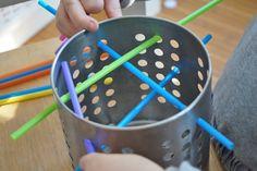 Feinmotorik von Kindern entwickelt sich toll beim einfachen Spielen. Mit diesen tollen und simplen Spiel-Ideen kann man gut beobachten.