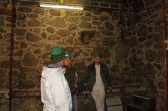 Pause i rundvisning på Hammershus. Murerne får varmen i det opvarmede tårn, der beskytter for den iskolde januarvind.