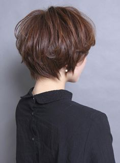 カットなにもしなくても形になるように頭の形とエリアシの生えグセをみながらカットしていきます。エリアシはタイトに、後頭部は丸く、表面は春らしく柔らかく動くようにレイヤーをいれていきます。カラー動く毛先に対してあえて少しバイオレットをいれることでツヤをだしカジュアルになりすぎないようにしています。パーマ 直毛の方のみで大丈夫です。軽く丸みがつく程度にパーマをかけていきます。エリアシとサイドはタイトにしたいのでピンパーマでかけていきます。