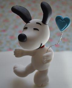 Topo de Bolo Snoopy Pulando Peça feita toda em biscuit e com muito Amor! <3 14,5cm de Altura Poderá ser acrescentado uma vela de qualquer idade, o preço variará de acordo com o tamanho da vela!