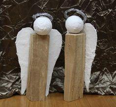 """Noch auf der Suche nach einem Geschenk für Oma und Opa? Wie wär's mit einem Holzscheit-Engel? Der macht richtig was her – und ist dabei ganz kinderleicht selbst herzustellen. Nebenbei wird auch die taktile Erfahrung durch das """"Gipsen und Gatschen"""" gefördert.  Wer ein bisschen Dreck*) nicht scheut, für den ist das genau das richtige …"""