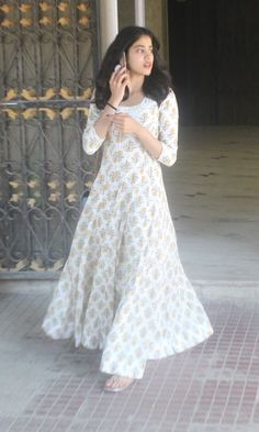Janhvi Kapoor's maxi dress is the perfect substitute to heavy anarkalis Indian Designer Outfits, Indian Outfits, Designer Dresses, Indian Attire, Simple Kurta Designs, Kurta Designs Women, Blouse Designs, Pakistani Dresses Casual, Indian Gowns Dresses