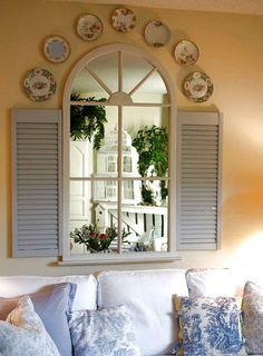 De vieux paravents avec un miroir pour créer l'illusion d'une fenêtre avec agrandit une pièce en 2 temps 3 mouvements !