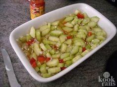 Heerlijk fris bij elke maaltijd: deze komkommersalade! Heerlijk fris en perfect voor bij de maaltijd, zo'n Aziatische komkommersalade. Maar hoe maak je het nou net zo lekker als bij de Chinees of Toko? Het lijkt vrijwel onmogelijk, maar redding is nabij! Want met dit super simpele recept maak ji