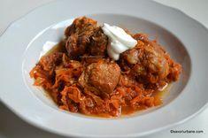 Mancare de varza acra cu coaste de porc, servita cu smantana, in stil unguresc. Cabbage, Recipies, Curry, Food And Drink, Beef, Chicken, Cooking, Ethnic Recipes, Frugal
