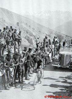 Tour de France 1939. 15^Tappa, 26 luglio. Digne > Briançon. Col de l'Izoard. Sylvère Maes (1909-1966) solo in vetta, seguito dall'auto di André Leducq (1904-1980), qui nel suo nuovo ruolo di commentatore sportivo