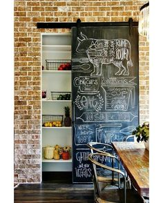 """O armário é embutido e a porta de correr com tinta lousa deixa tudo ainda mais bacana. #inspiracao #dagringa #chalkboard #lousa"""