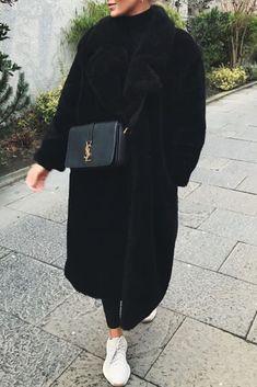 new arrival c0f45 8203e Mode femme automnehiver tenue casual confortable avec un long manteau noir  en peluche et