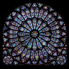 Rosetón en Notre Dame de Paris. La luz fue considerada como la revelación más hermosa  de Dios, como se manifestó en la arquitectura gótica.