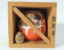 Poupée kokeshi Vintage Ref0305C, Daruma dans un boîtier de mesure