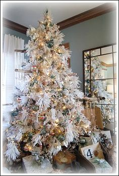 White Christmas Decorating Ideas For Your Home White Artificial Christmas Tree, Elegant Christmas Trees, Traditional Christmas Tree, Indoor Christmas Decorations, Christmas Tree Themes, Modern Christmas, Tree Decorations, Christmas Diy, Christmas Mantles