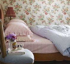Sew a duvet cover with vintage sheets for this simple Sarah Moore make to create… Country Living Uk, Country Living Magazine, Linen Bedding, Bedding Sets, Bed Linens, Pottery Barn, Diy Bett, Bed Linen Design, Vintage Sheets