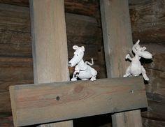 Pienet hiiret ilahduttavat museokävijää kurkistelemalla tikapuilta.  Oulu (Finland)
