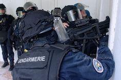 Tous les deux ans, des instructeurs du #GIGN débarquent à la Réunion pour assurer le contrôle opérationnel du Groupe des Pelotons d'Intervention. #Unité spécialement entraînée pour répondre aux situations de #crises #criminelles, le #GPI de #laRéunion sera en effet le premier moyen déployé sur le terrain local, avant une éventuelle projection du GIGN. Rencontre avec cette unité ultramarine, formée par l' #élite de la #gendarmerie. © Valérie Koch Plus d'infos sur www.fagers.fr