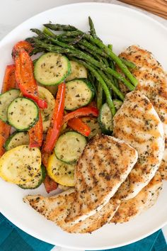 This Garlic and Herb Grilled Chicken and Veggie recipe checks off all the boxes – quick, easy, delicious and low-carb! This Garlic and Herb Grilled Chicken and Veggie recipe checks off all the boxes – quick, easy, delicious and low-carb! Healthy Meal Prep, Healthy Snacks, Healthy Eating, Dinner Healthy, Keto Snacks, Healthy Delicious Recipes, Easy Healthy Meals, Veggie Recipes Healthy, Healthy Tuna