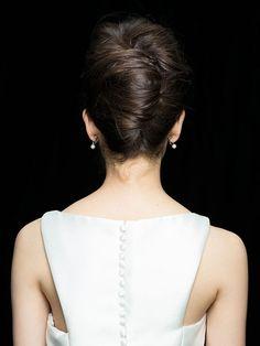 image Bridal Hair Roses, Up Hairstyles, Wedding Hairstyles, Up Styles, Hair Styles, Wedding Make Up, Bangs, Hair Makeup, Pearl Earrings