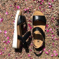 Mephiston valkopohjaisissa sandaaleissa on mukava kävellä. Pohjallinen on joustava ja säädettävät remmit helpottavat oloa jalan ollessa turvonnut. #mephisto #sandals