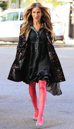 Sarah Jessica Parker Channels Carrie Bradshaw in an Autumn-Ready Coat Carrie Bradshaw Outfits, Carrie Bradshaw Style, Sarah Jessica Parker Haare, Sarah Jessica Parker Lovely, Quirky Fashion, Cozy Fashion, Beautiful Outfits, Classy Outfits, Moda Chic