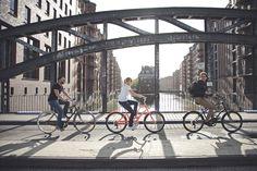 """Zweiradperle – Kulinarisch durch Hamburg von Geheimtipp Hamburg - Hamburg erobert man mit dem Rad!Einfach drauf los: Hier links, dort rechts & immer schön die Augen offen halten. Mit der Tour """"Kulinarisch durch Hamburg"""" geht's auf Entdeckungstour kreuz & quer durch die Hansestadt. Man sagt Radfahrer haben einen besonders guten Überblick über ihre Stadt. Na, kein Wunder, wenn man täglich mehrere Kilometer auf dem …"""