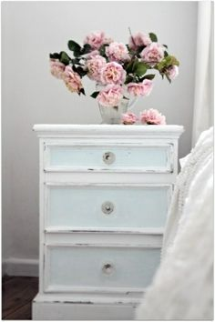 Shabby Chic bedroom - sky blue night stand and soft pink floral. Shabby Chic bedroom - sky blue night stand and soft pink floral. Cottage Shabby Chic, Shabby Chic Mode, Casas Shabby Chic, Shabby Chic Stil, Style Shabby Chic, Beach Cottage Style, Shabby Chic Bedrooms, Bedroom Vintage, Beach House Decor