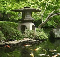 japanischer-garten-teich-undskulpturen-japanischer-stil