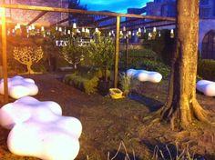 Las macetas Sky Planter Recycled (S) en el jardin de las famosas tónicas FEVER TREE en el Temps de Flors 2013 (Girona-Spain). Plantas: Geranios, Margaritas y Tomillo.
