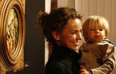 """Córka artysty Agata z synkiem Stasiem podczas otwarcia wystawy """"Gęby"""" - z galerii """"Gęby"""" Dudy-Gracza.  W Muzeum Historii Katowic otwarta została wystawa portretów Jerzego Dudy-Gracza """"Gęby"""". Na ekspozycję składa się 60 portretów i autoportretów artysty."""