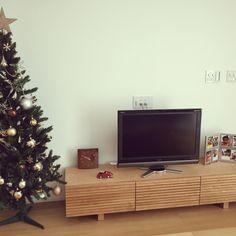 女性で、4LDK、家族住まいのクリスマスツリー/クリスマスツリー180cm/ニトリ/ラメ半端なく落ちる…/リビング…などについてのインテリア実例を紹介。「一軒家に引っ越したら大きいクリスマスツリー飾りたいという夢が叶いました☆」(この写真は 2015-11-23 09:52:11 に共有されました)