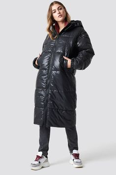 The Bic Anorak by MANGO features a puffy design, zipper and snap buttons down the front, long sleeves with zipper detail, side slanting pockets, and drawstrings on the inside. Langer Mantel, Pop Fashion, Fashion Trends, Cheap Monday, Models, Jean Outfits, Jeans Fit, Fashion Forward, Latest Trends