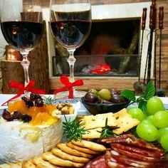 Tábua de frios acompanhada de um delicioso vinho em frente a lareira, perfeito para uma noite romântica!