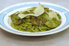 De shiitake is zeer geschikt om in een pastabereiding te verwerken, dus staat er spaghetti op het menu. Spinazie en een trio van verse groene kruiden geven de saus kleur en vooral veel smaak. Vergeet de blokjes gerookt spek niet en een flinke schep mascarpone en je zet in weinig tijd een smeuïge spaghetti op de tafel die iedereen zal lusten. Wie vegetarisch kookt hoeft enkel het spek weg te laten.Vond je geen shiitake? Vervang ze dan door oesterzwammen of de klassieke Parijse champignons.