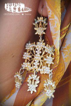 """Orecchini """"a pala"""" tripartiti: parte superiore a forma di fiore in lamina d'oro…"""