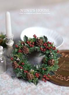 *クリスマスリースと香水瓶* - *Nunu's HouseのミニチュアBlog* 1/12サイズのミニチュアの食べ物、雑貨などの制作blogです。