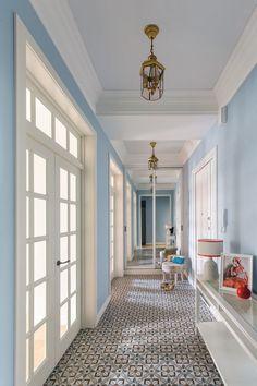 Интерьер прихожей в частном доме: 30+ практичных идей и нюансов отделки http://happymodern.ru/interer-prixozhej-v-chastnom-dome-39-foto-nyuansy-otdelki-i-dekora/ Коридор частного дома со стенами выкрашенными в пастельно-голубой цвет