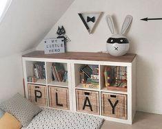 Spielzeug aufbewahren - eine super Idee! IKEA KALLAX Regal mit Körben, auf diese wird jeweils ein Buchstabe mit Lack gesprüht. Das sieht auch im Wohnzimmer super aus und lässt Spielzeug verschwinden. Die genaue Anleitung und noch mehr Ideen für das IKEA K
