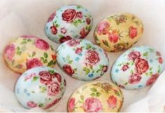 rose patterned easter eggs, in pale blue and pale yellow, made with decoupage techniques, placed on a white napkin Easter Gift, Easter Crafts, Easter Bunny, Easter Eggs, Easter Puzzles, Master Class, Decoupage, Egg Tree, Diy Ostern