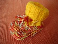 Material: je nach dem verwendeten Garn aus der Restekiste werden die Schuh entwe… Material: depending on the yarn used from the leftover box, the shoes are either larger or smaller, the needle then use accordingly here was with a circular needle – m … Knit Baby Shoes, Crochet Baby Booties, Knitted Headband, Knit Crochet, Knitted Baby, Baby Knitting Patterns, Knitting Designs, Knitting Ideas, Knitting Socks