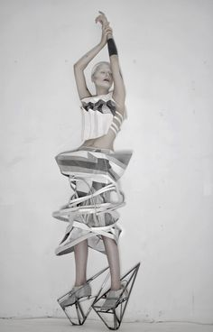 fashion art - sculptural fashion with strong geometric lines, using fabric manipulation to create shapes & dramatic structure Michele Castellano Geometric Fashion, 3d Fashion, Weird Fashion, Editorial Fashion, Ideias Fashion, Elite Fashion, Fashion Rocks, Trendy Fashion, Womens Fashion