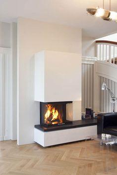 schlicht gehaltener kamin der ber drei seiten einsehbar ist hinter der feuerung wurde eine. Black Bedroom Furniture Sets. Home Design Ideas