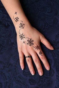 This would be a cute henna tattoo to do with @Debbie Arruda Arruda Perryman during the holidays