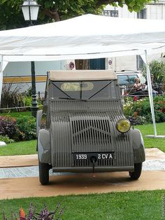one yellow head lamp. Vintage Cars, Antique Cars, Psa Peugeot Citroen, 2cv6, Weird Cars, Fiat 500, Car Humor, Car Car, Hot Cars