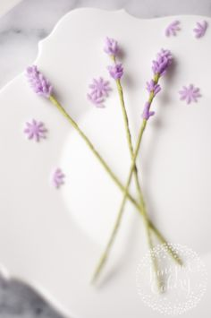 Learn how to make easy fondant lavender sprigs cake decorating ideasBring a bit of whimsy to your sugar flower arrangements by learning how to make fondant lavender flowers to fill in the design.Výsledok vyhľadávania obrázkov pre dopyt how to mak Sugar Paste Flowers, Icing Flowers, Clay Flowers, Lavender Flowers, Fondant Flower Tutorial, Fondant Flower Cake, Fondant Rose, Cake Tutorial, Creative Cake Decorating
