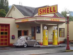 Old Shell gas station with a VW Bug Old Gas Pumps, Vintage Gas Pumps, Vw Vintage, Car Repair Service, Auto Service, Shell Gas Station, Old Gas Stations, Filling Station, Diesel Cars